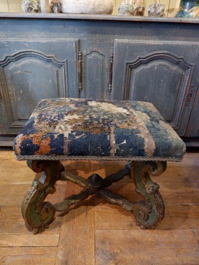 Grand tabouret italien en bois sculpté laque verte -recouvert d'une tapisserie en verdure ca.1700