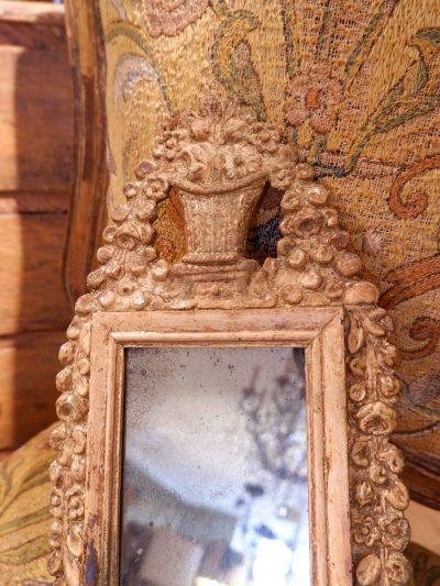 Petit miroir baroque suédois en bois sculpté orné de feuille d'or ca.1800