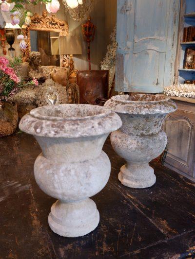 Paire de petits vases en pierre sculptée XVIIIE