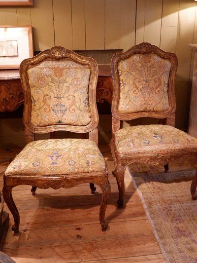 Paire de chaises Vénitiennes en bois doré sculpté et soie brodée – Epoque XVIIIe
