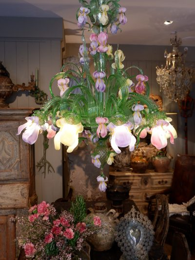 """Grand lustre en verre coloré de Murano """" décor aux iris"""" ca.1950"""