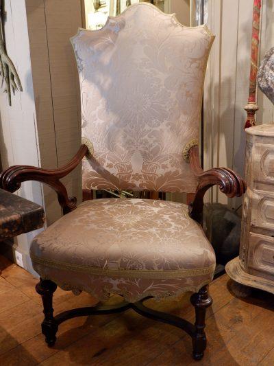 3 Grands fauteuils Italiens en noyer sculpté d'époque XVIIIE