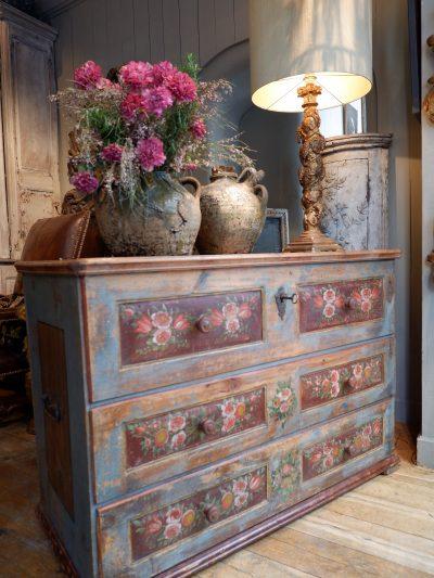 Grande commode dessus coffre en bois peint polychrome – Alpes italiennes ca.1800