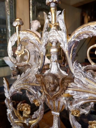 Large fronton en bois sculpté d'époque XVIIIe -orné d'un Putto  à la feuille d'argent