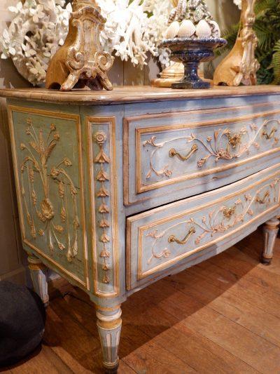 Grande commode Vénitienne en bois peint décor sculpté de guirlandes laque vénitienne bleu aqua XVIIIE