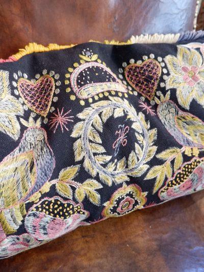 Coussin de mariage brodé – Suède ca.1800 décor d'oiseaux