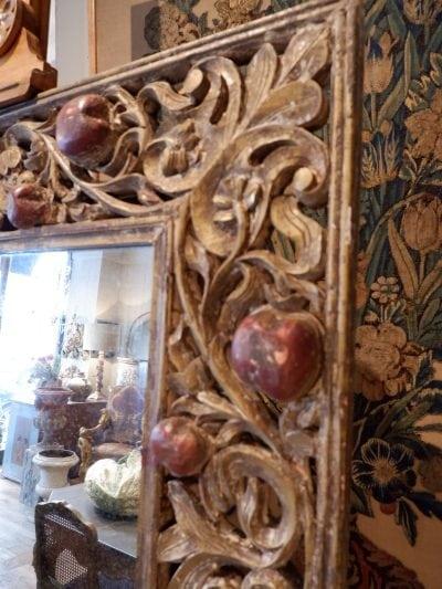 Exceptionnel miroir cadre en bois sculpté ajouré & orné de pommes en relief  – Epoque XVIIIE