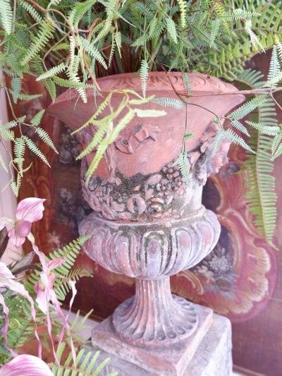 Paire de vases néoclassiques Toscans à riche décor de masques et guirlandes- en terre cuite début XIXe