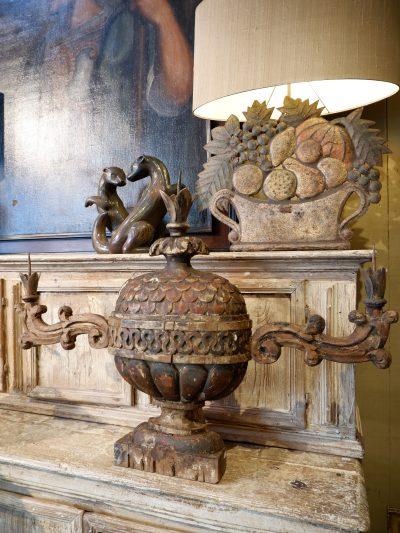 Paire de grands candélabres italiens en bois sculpté polychrome XVIIIE