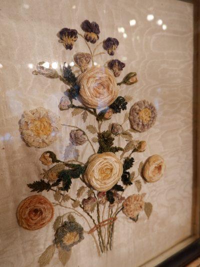 Paire de bouquets sous-verre en soie brodée motif chenille XVIIIE