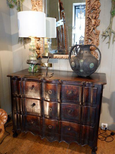 Grande commode serpentine en bois ciré époque XVIIIE