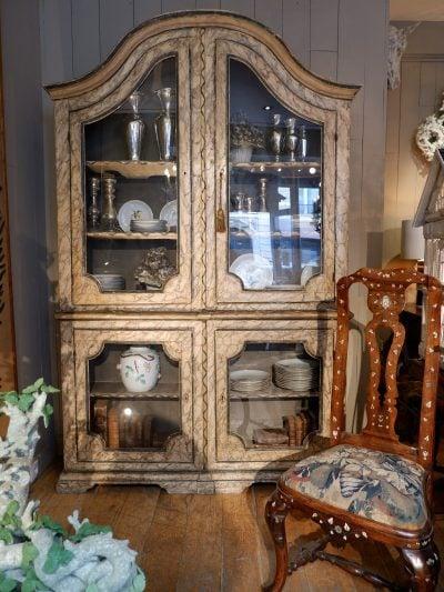 Buffet double-corps vitré décor faux-marbre gris bleu d'époque XVIIIe