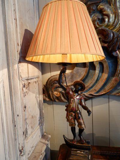 Lampe Gondolier en bois sculpté polychrome et A/J en soie plissée