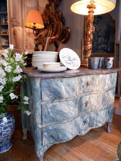 Commode suédoise en bois peint décor trompe l'oeil de marbre bleu ca.1800