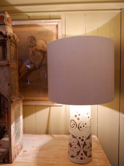 GRANDE LAMPE EN CERAMIQUE BLANCHE FLEURS MARRON SUEDE CA.1970