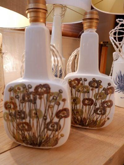 Paire de lampes à poser en  porcelaine et fleurs beiges  par Ellen MALMEca.1960