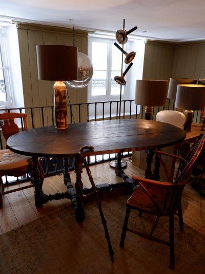 TABLE OVALE EN BOIS NOIRCI PIEDS TOURNES CA.1800