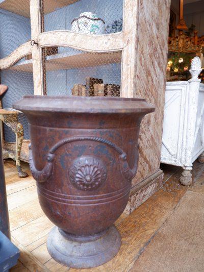 Une paire de vases en fonte brune modèle d'Anduze