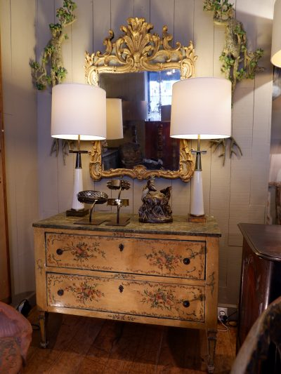 Commode italienne à 2 tiroirs décor en laque polychrome ca.1780