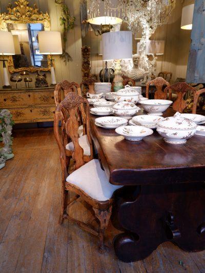 Suite de 12 chaises baroques suédoises en bois naturel fin XVIIIe