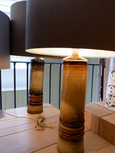 Paire de lampes en céramiques émaillées kaki par Olle Alberius + AJ soie