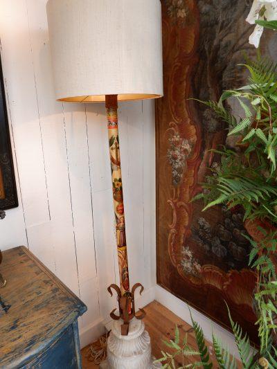 Paire de lampadaires porte-flambeaux Toscans polychromes sur socle chapiteau en marbre sculpte
