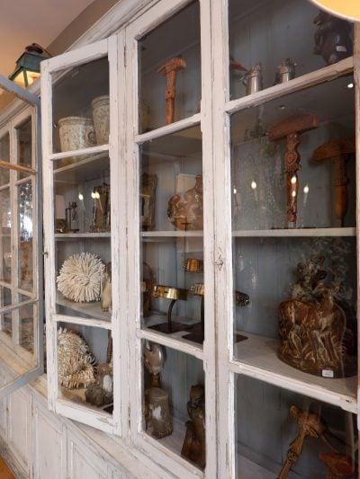 Grande vitrine de présentation en bois peint & partie haute vitrée fin XIXe