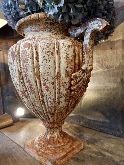 Paire de grands vases en fonte blanche période directoire avec anses ca.1790