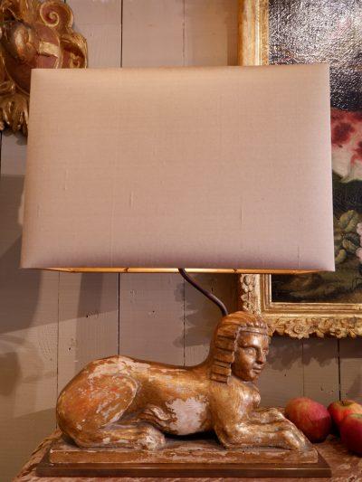 Une paire de lampes sphinges en bois doré XVIIIE+ AJ soie mordorée