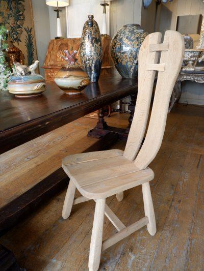 Suite de 12 chaises à haut dossier en chêne clair brut style brutaliste ca.1930