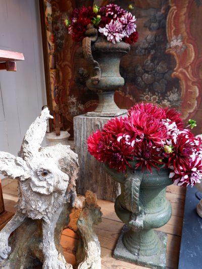 Une paire de petits vases à anses en fonte verte d'époque XVIIIe