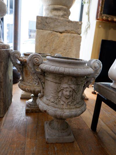 Une paire de petits vases en fonte grise clair décor de masques d'époque XIXe