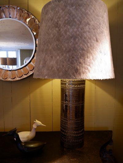 Grande lampe en céramique décor incisé & émail platine + AJ plumes