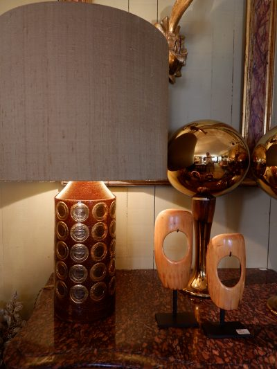 PAIRE DE LAMPES EN CERAMIQUE BRUNE EMAILLEE & PASTILLES CUIVRE PAR BERGBOMS CA,1960