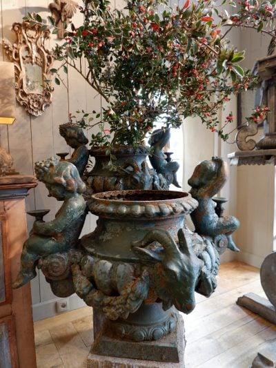 Grande paire de vases en fonte verte/bleu ornés de putti & têtes de boucs début XIXe